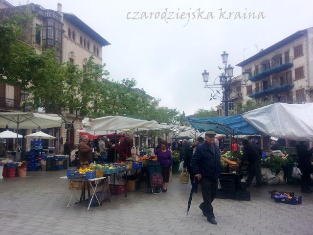 Rynek ze świeżymi owocami, serami, rybami i kwiatami