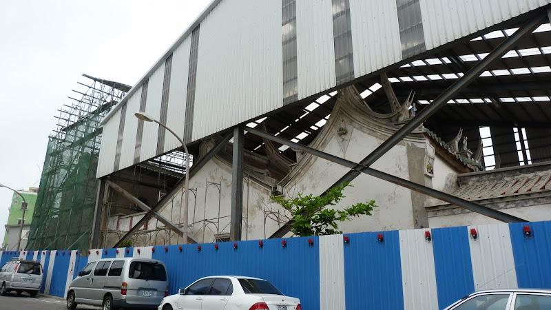 immense hangar pendant les travaux de réfection