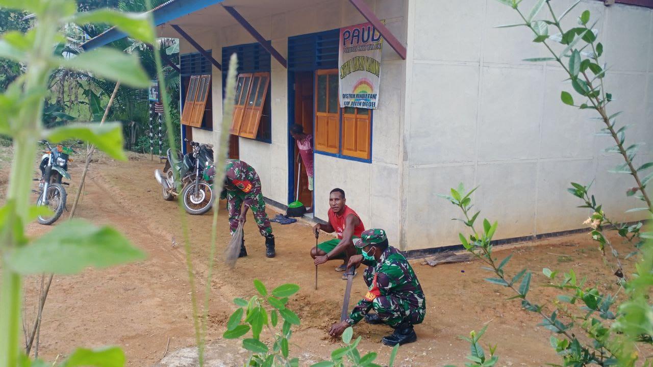 Personel TMMD Kodim 1711 Kerja Bakti Bersihkan Sekolah Paud di Kampung Kakuna