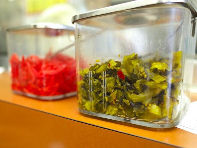 卓上の高菜と紅ショウガ