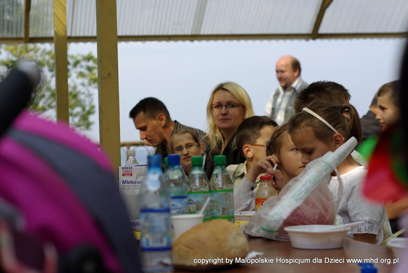 Spotkanie Rodzin odbyło się w niezwykłym miejscu - w Maryjno-Pasyjnym Sankturium Matki Bożej Kalwaryjskiej w Kalwarii Zebrzydowskiej. Mszę Świętą w jednej z kaplic odprawił po raz pierwszy o. Tomek Żychowicz OFM, który rozpoczął w ten sposób oficjalnie swoją posługę duszpasterską w MHD. ( Tomek od kilku lat jest wolontariuszem MHD).  Oprócz Mszy, mieliśmy szansę na długie rozmowy, przy pysznych słodyczach i fantastycznym bigosie:) Mamy Emilki - Pani Anny.  Swoją obecnością zaszczycili nas także rodzice dzieci, które odeszły pod opieką MHD. Spotkanie w Kalwarii było jednocześnie inauguracją Grupy Wsparcia w Żałobie prowadzonej i koordynowanej przez psychologów i duszpasterza MHD.