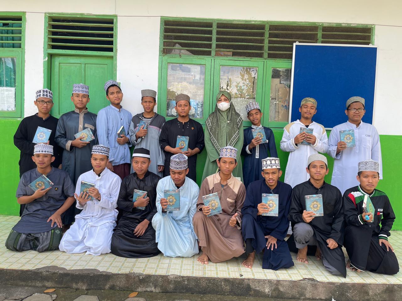 Motivasi Santri Pesantren Al Ihsan Appanang, Andi Nurhidayati Serahkan Bantuan Mushaf Al-Qur'an