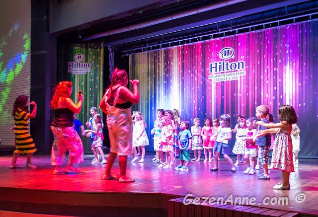 oğlum ve çocuklar mini diskoda eğlenirken, Hilton Dalaman oteli