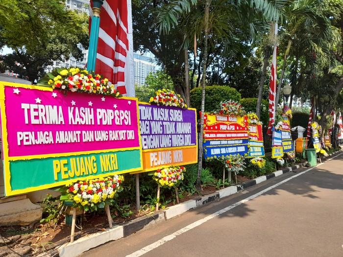 Berjejer Karangan Bunga di Depan DPRD DKI Dukung PDIP & PSI Soal Interpelasi Anies Baswedan