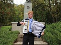 18 Harmonikaszó a síremlék előtt.jpg
