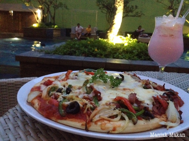 maniak-makan-solo-paragon-swimming-pool-pizza-and-strawberry-milkshake