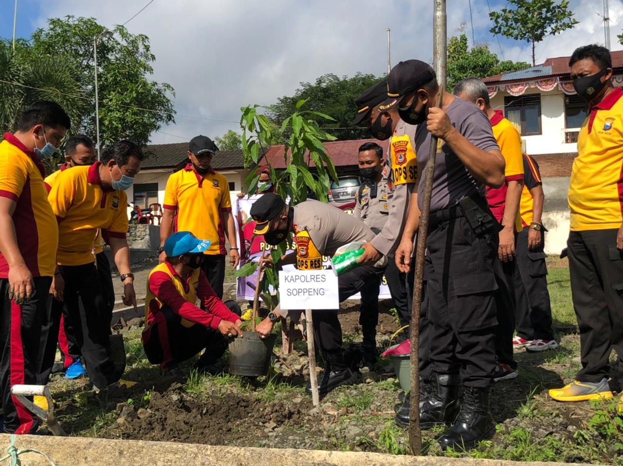Polres Soppeng Giat Tanam Pohon di Halaman Mako Polres Lalabata