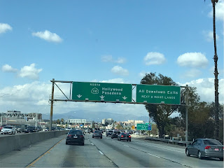 Vei med tre filer i hver retning. Grønne skilter som viser vei til Hollywood og Pasadena.