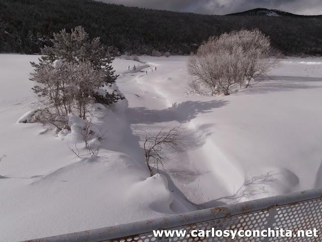 El rio cubierto por hielo y nieve