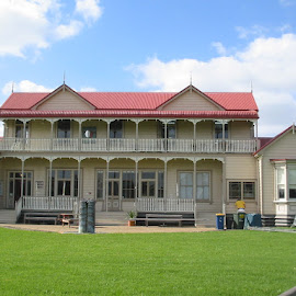 Work In Progress on the Iconic Lake House in Takapuna. Complete repaint followed by annual maintenance every Christmas holiday period.