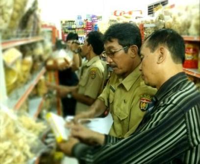 berita foto video sinar ngawi terkini: lakukan razia mamin, petugas gabungan sita bahan makanan kadaluwarsa