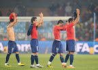 Chilean players acknowledge the crowd after their Group H first round 2010 World Cup football match against Spain on June 25, 2010 at Loftus Verfeld stadium in Tshwane/Pretoria, South Africa. Chile lost 2-1 but made it to the next round along with Spain. NO PUSH TO MOBILE / MOBILE USE SOLELY WITHIN EDITORIAL ARTICLE - AFP PHOTO / FRANCOIS-XAVIER MARIT