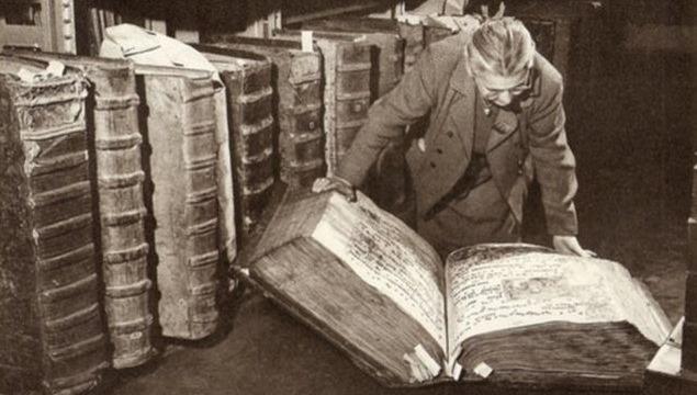 Livros gigantes encontrados em biblioteca gigante no Castelo de Praga foram ocultados da humanidade