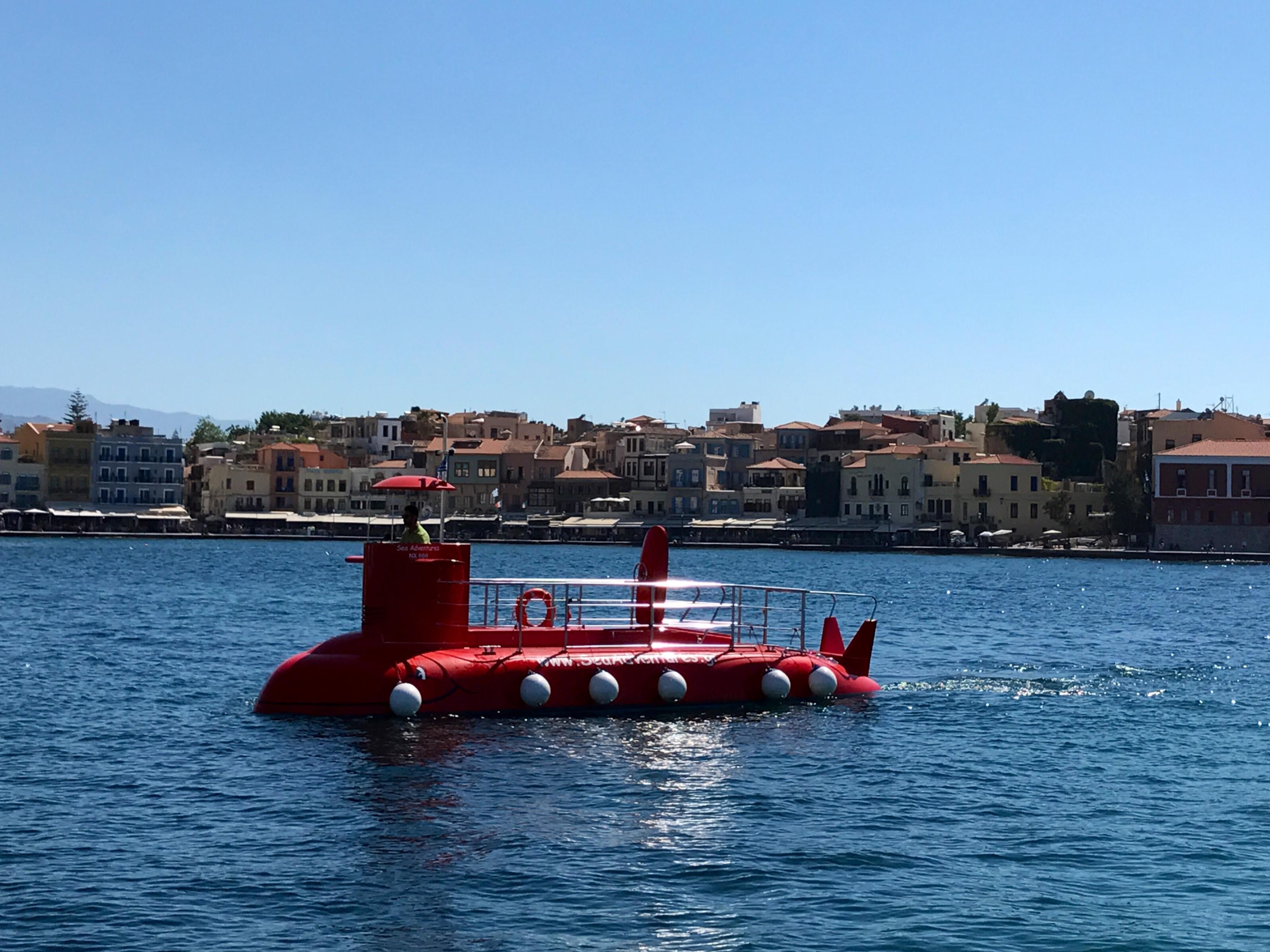 Et rødt ubåt-liknende fartøy i vannet.