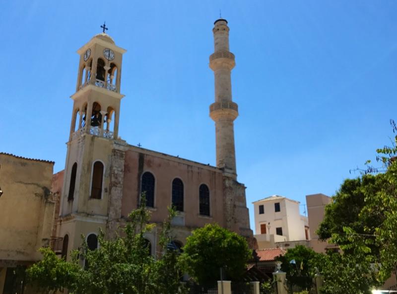 En gammel bygning med et klokketårn på den ene siden og en minaret på den andre.
