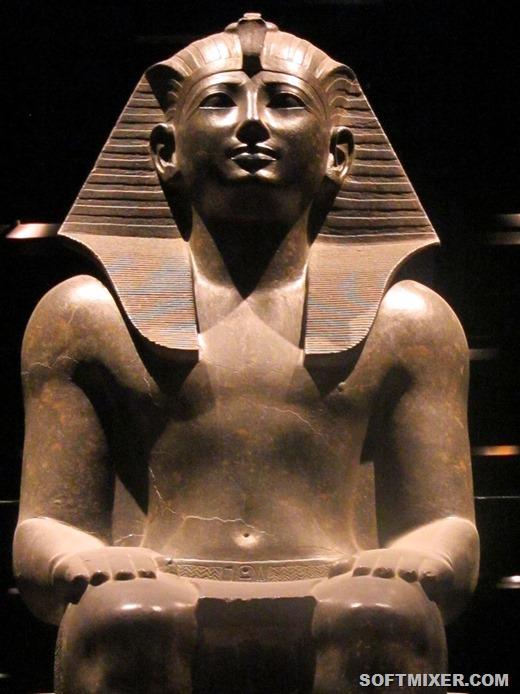 [800px-Statua_Faraone_%28_Torino_Museo_Egizio%29_3%5B2%5D]
