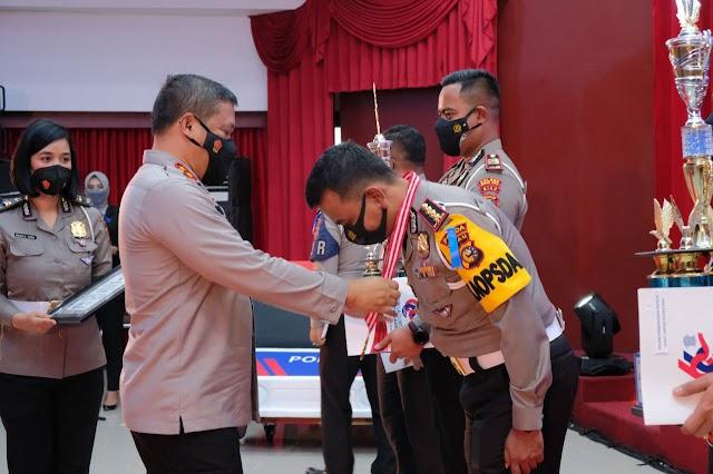 Kapolda Riau Berikan Penghargaan Kepada Personel Berprestasi dalam Peringati Hari Lalu Lintas ke-66