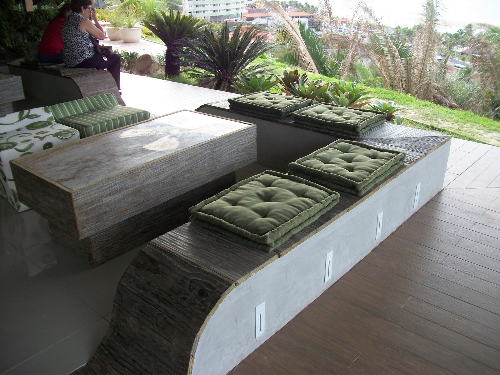 banco em concreto com acabamento em madeira e os futons verde musgo #6B8249 1600x1200