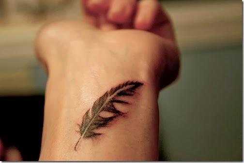pulso_pena_de_pequenos_desenhos_de_tatuagem