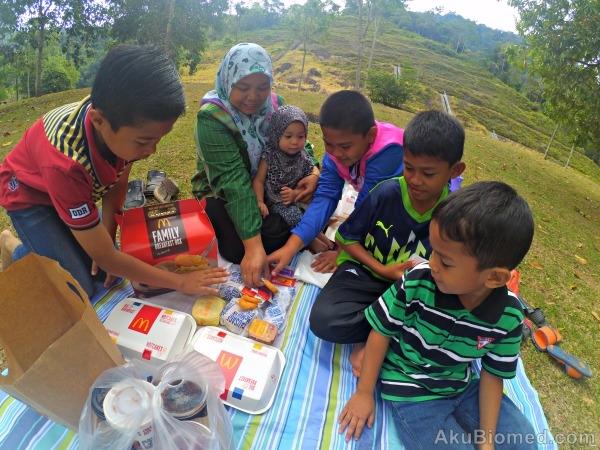 picnic bersama keluarga dengan sarapan Mcd Family Breakfast Box