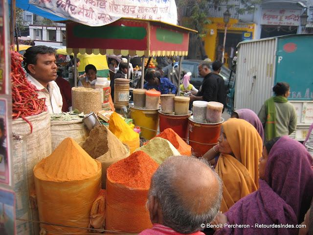 Un vendeur d'épices à Kotla Mubarakpur, Delhi