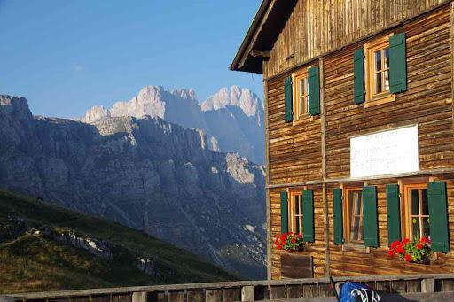 Le refuge Genova au petit matin.