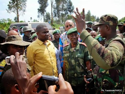 Le gouverneur du Nord-Kivu, Julien Paluku recevant les explications du colonel Mamadou Ndala, commandan