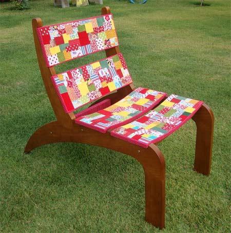 Cadeira de madeira customizada com retalhos de tecidos