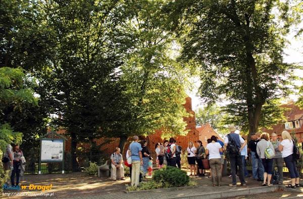 zbiórka wycieczki przed kościołem w Ostaszewie