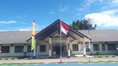 Hari Berkabung Daerah, Jajaran Polres Sekadau Kibarkan Bendera Setengah Tiang