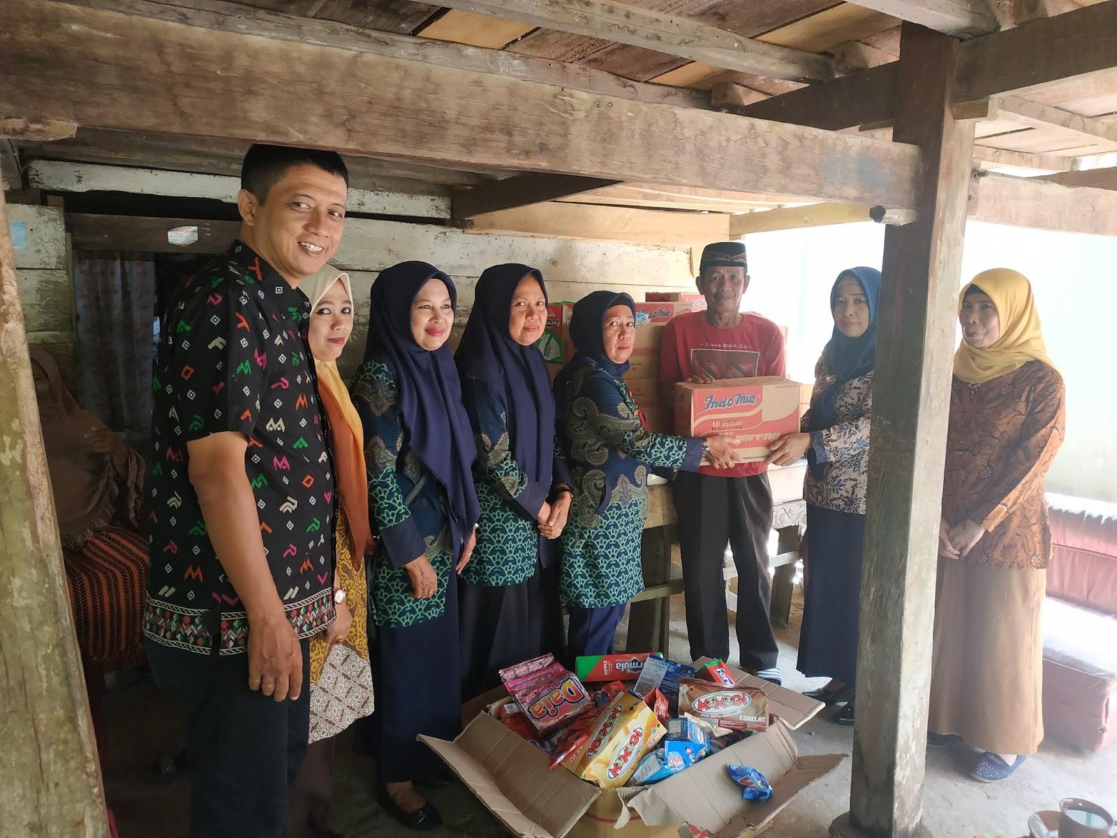 Kabid Rehabilitasi Sosial Dinsos Bone Serahkan Bantuan Ke Pedagang Kecil
