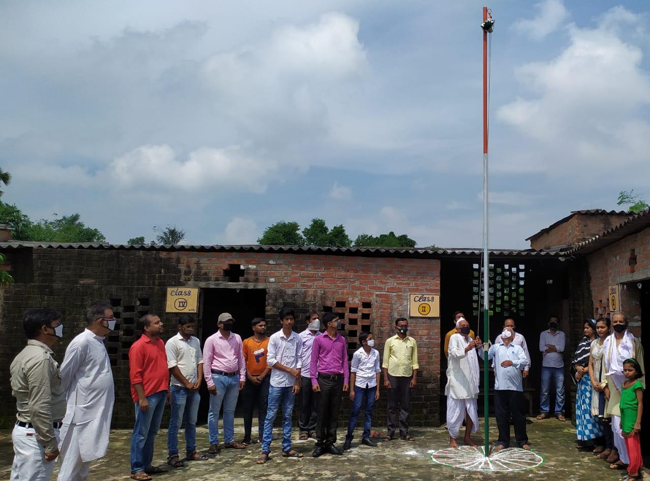 जेपीएस स्कूल में फहराया तिरंगा ध्वज, आजादी में अपने प्राणों का बलिदान देने वाले वीरों को याद कर किया नमन