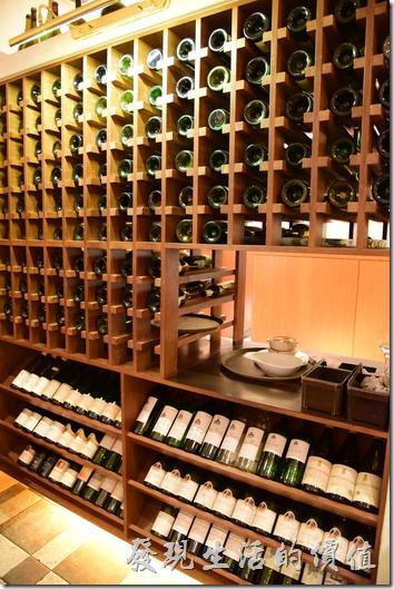 另一個特色是「台南轉角餐廳」居然用酒櫃當屏風。