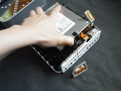 Mac miniのアッパーユニットを持ち上げる