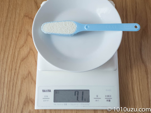 ぐんぐんの50 mlスプーンにはいはいの粉ミルクをすりきり入れると7.1g