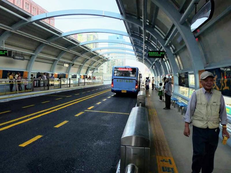 Xiamen.Unique. Un pont aérien avec des bus à une cadence infernale.Pas de voitures ni de vélos etc..et pas cher