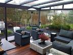 Een prachtig uitzicht vanuit de terrasoverkapping naar de tuin die is aangelegd door robblomtuinen.nl