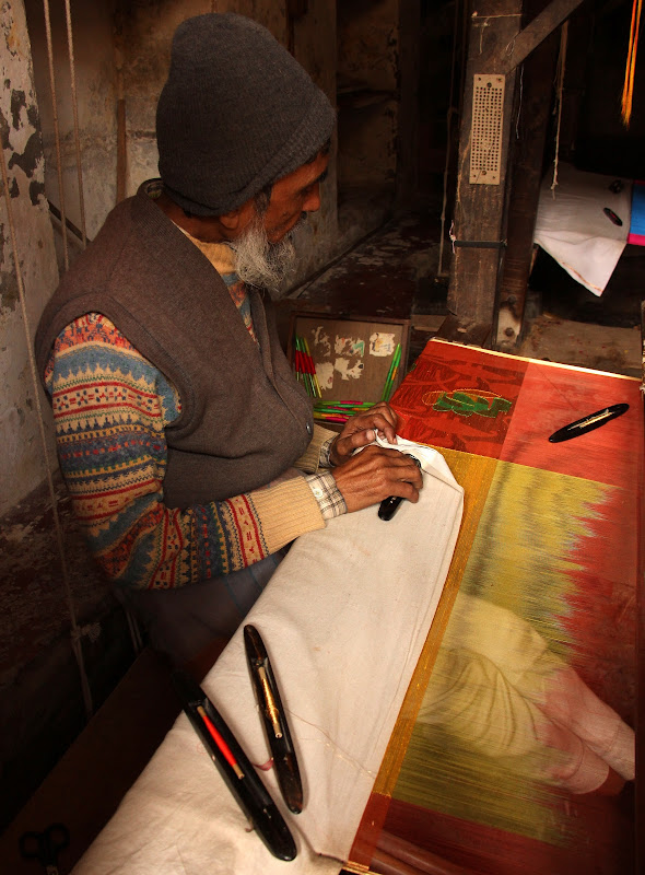 #Varanasistreetscene #Varanasistreetphotography #Varanasitravelblog #travelbloggersindia #varanasiweaver
