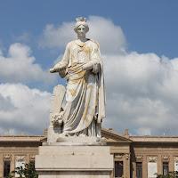 nuvole dietro statua di