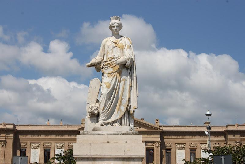 nuvole dietro statua di Antonio De Felice