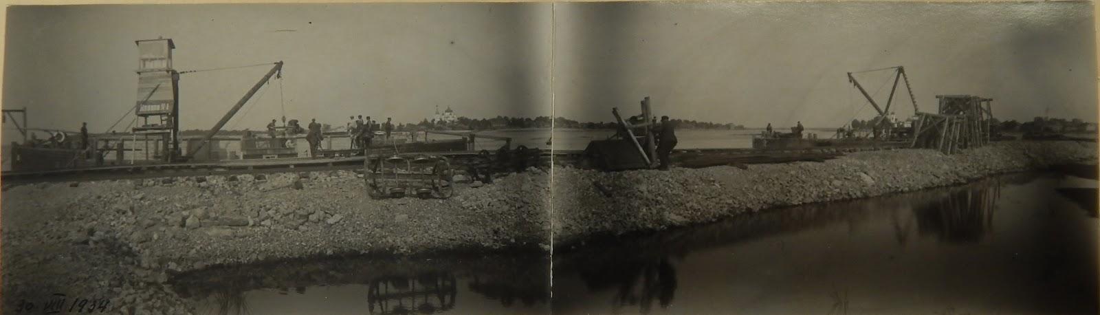 Плавучие краны на строительстве 4-ого мола.Слева видна церковь в Сыренце, справа в Скамье.30.08.1934 г.(из фондов Эст. гос. архива)
