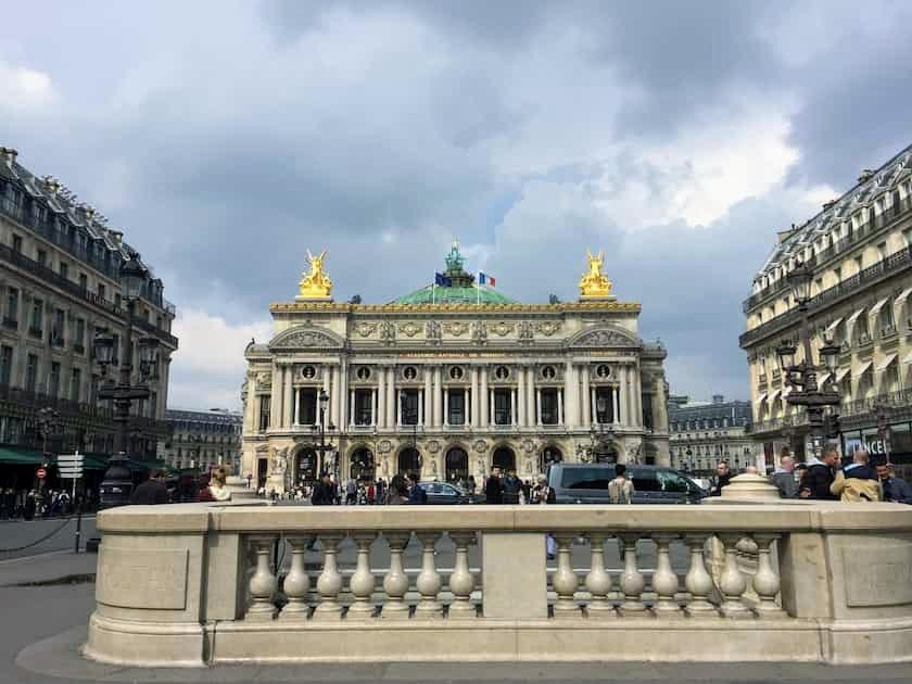 エミリー、パリへ行く 車からオペラ座