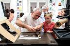 Simola Szófia Földházi Béla nyomdász segítségével egy Katona József életművét megidéző, sajátnyomtatású emléklapot készít a kecskeméti Bozsó Gyűjteményben a Múzeumok éjszakáján Kecskeméten, 2016 (MTI Fotó: Ujvári Sándor)