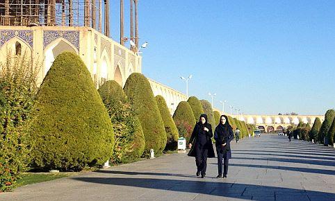 Zwei iranische Frauen vor dem Ali Kapu Palast am Imam Khomeini Platz, Isfahan