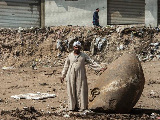 estátua antiga descoberto submerso na lama no Cairo 03