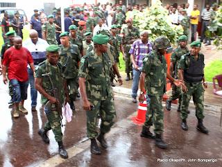 (Avant-plan, 2e en partant de la droite), le général François Olenga, chef d'état-major de l'armée de terre conduisant des officiers supérieurs des FARDC à la RTNC attaquée le 30/12/2013 par des jeunes gens munis d'armes blanches. Radio Okapi/Ph. John Bompengo