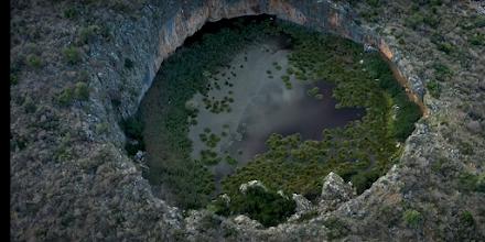 Μοναδική Ελλάδα : Δείτε που βρίσκονται η βυθισμένη αρχαία γέφυρα και ο κρατήρας με το δάσος από νούφαρα (βίντεο)