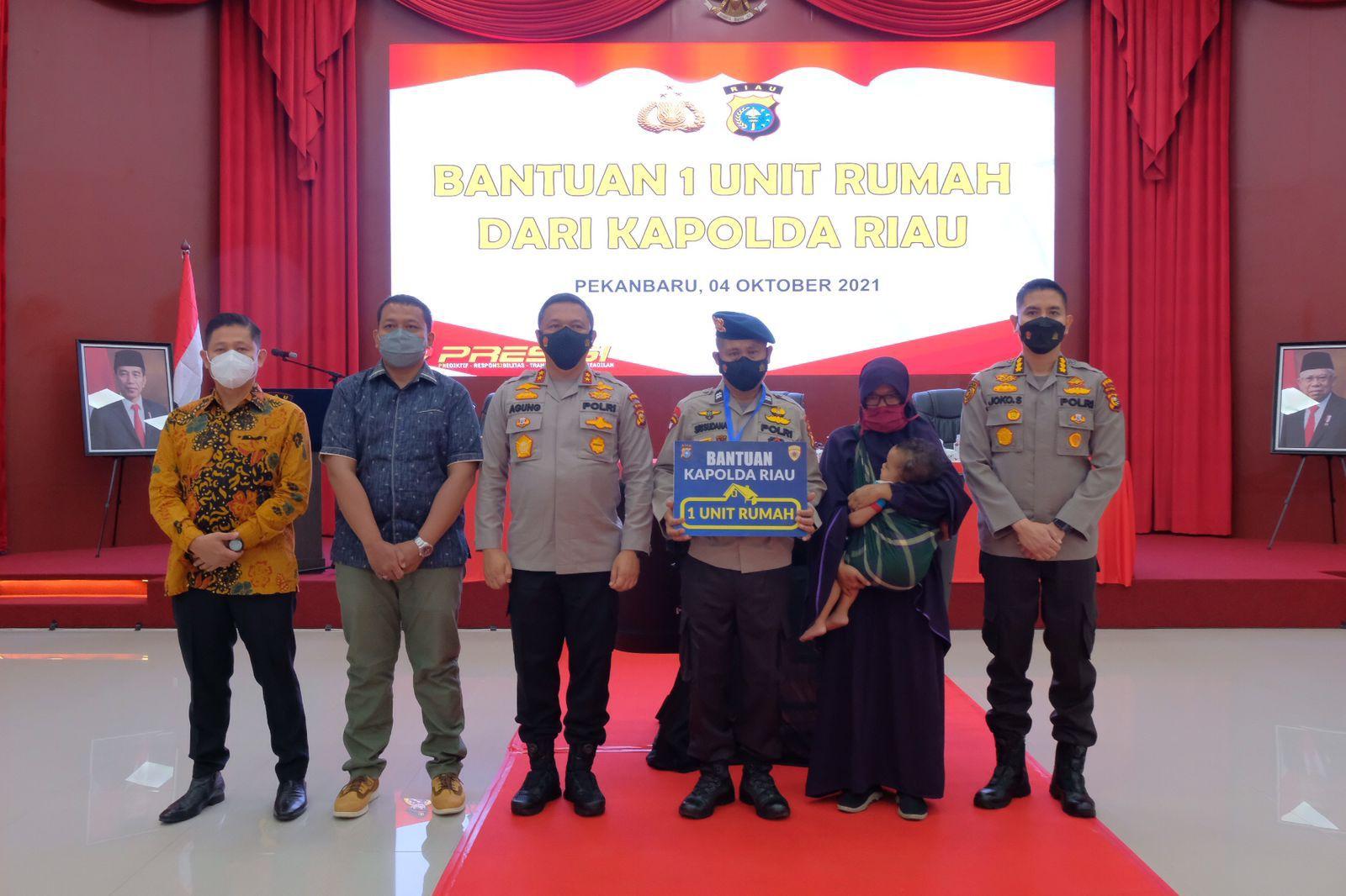 Jelang Masa Pensiun, Personel Brimob Menangis Dapat Rumah dari Kapolda Riau