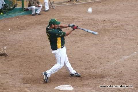 Rafael Jasso de Amigos en el softbol dominical