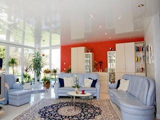 Белые глянцевые натяжные потолки на кухне